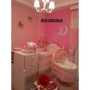 نمونه اجرا شده برچسب دیواری در یک اتاق زیبای نوزاد