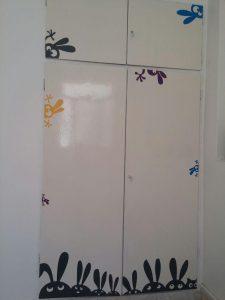 نمونه اجرا شده برچسب روی کمد دیواری